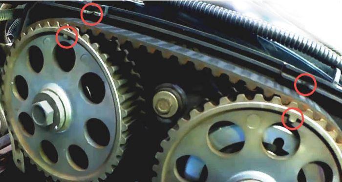 Совпадение меток на шкивах ГРМ с рисками на задней крышке