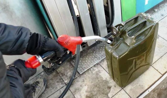 Заливка бензина в канистру