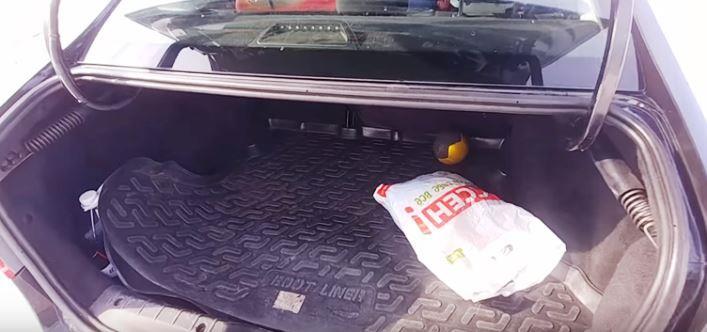 гремят вещи в багажнике