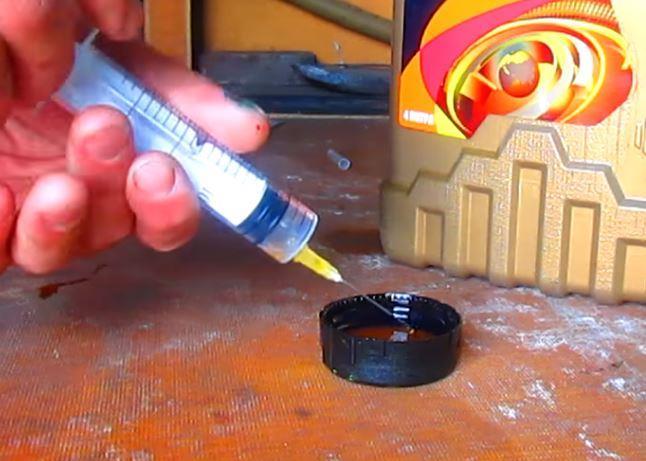 капнуть моторного масла шприцом