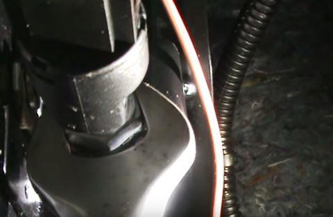 ослабить контргайку датчика тормоза