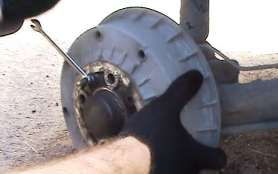 открутить направляющие ключом 7 мм