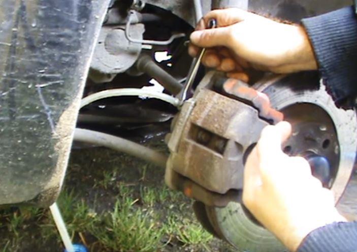 слить жидкость с переднего колеса