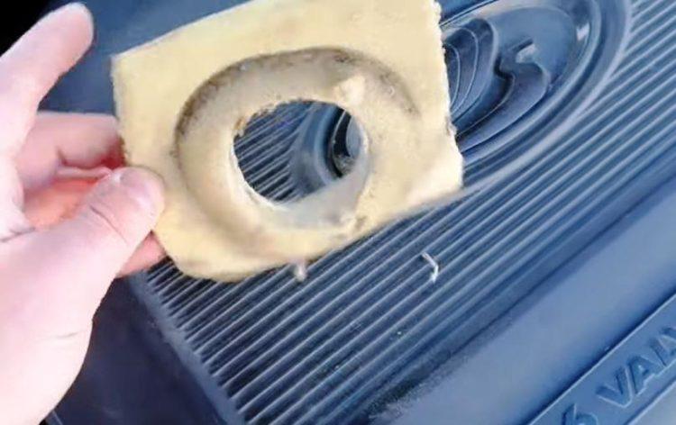 губка на бачке омывателя